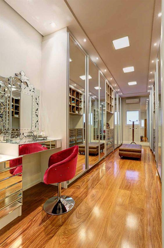 Closet luxuoso com cadeira para penteadeira vermelha