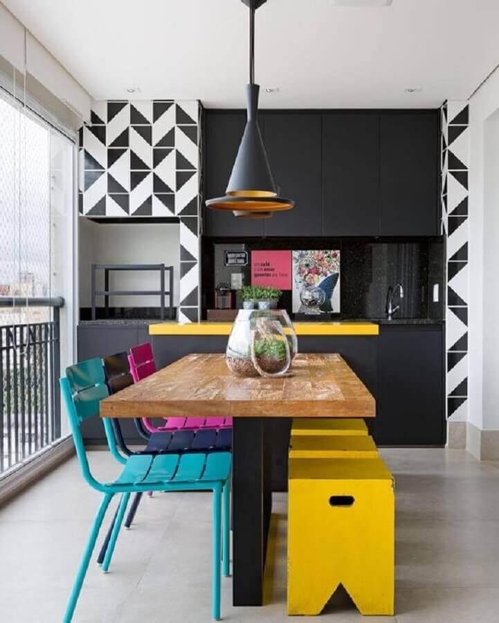 cadeiras coloridas para decoração de varanda gourmet com armários pretos planejados Foto Dicas de Mulher