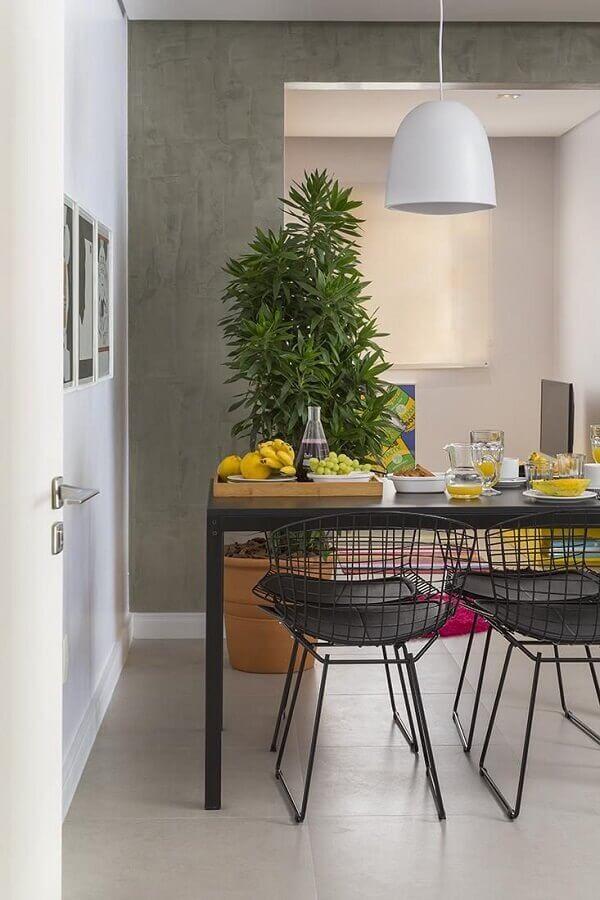 Cadeiras cromadas para cozinha em tom preto são ótimas para compor um ambiente com decoração industrial