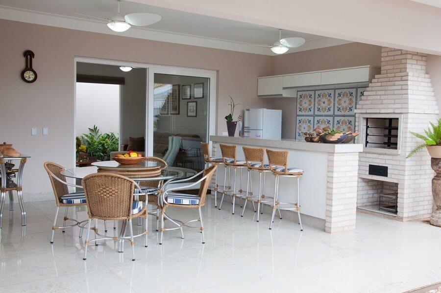 cadeiras e banquetas para área gourmet grande decorada com churrasqueira tijolinho Foto Fantin Siqueira