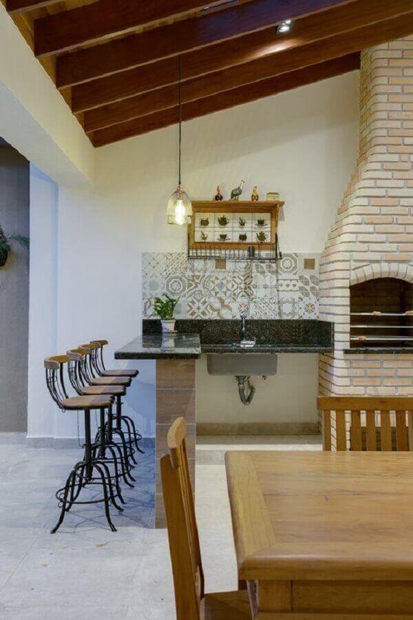 cadeiras e banquetas para área gourmet rústica com churrasqueira de tijolinho  Foto Architrends