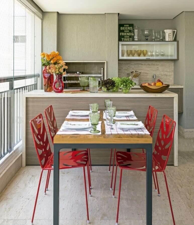 cadeiras vermelhas para decoração de varanda de apartamento planejada com churrasqueira Foto Pinterest