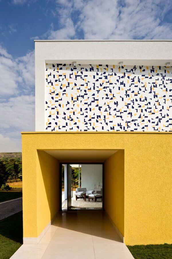 Fachada em amarelo e porcelanato colorido