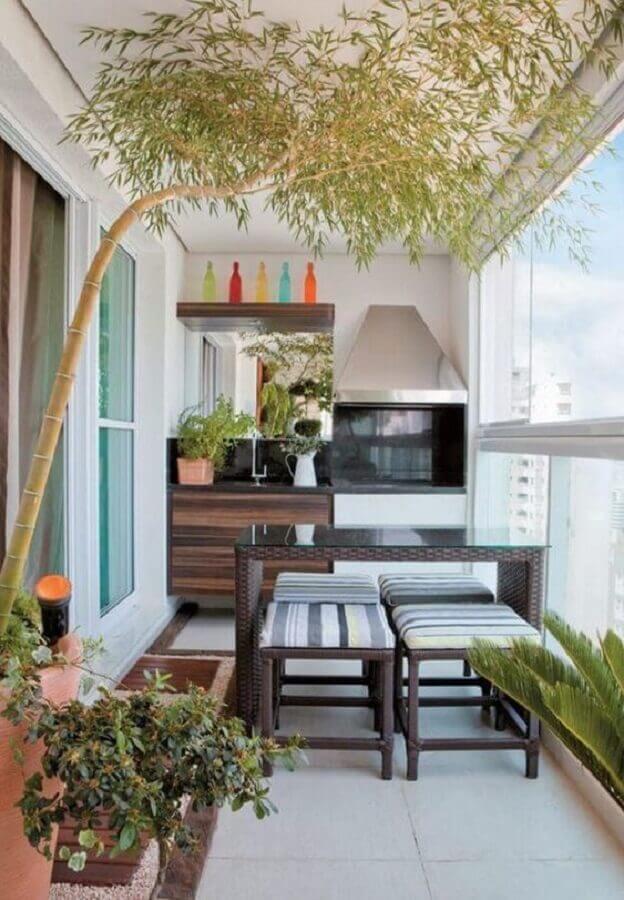 churrasqueira para varanda de apartamento pequeno decorada com vasos de plantas  Foto Fashion Bubbles