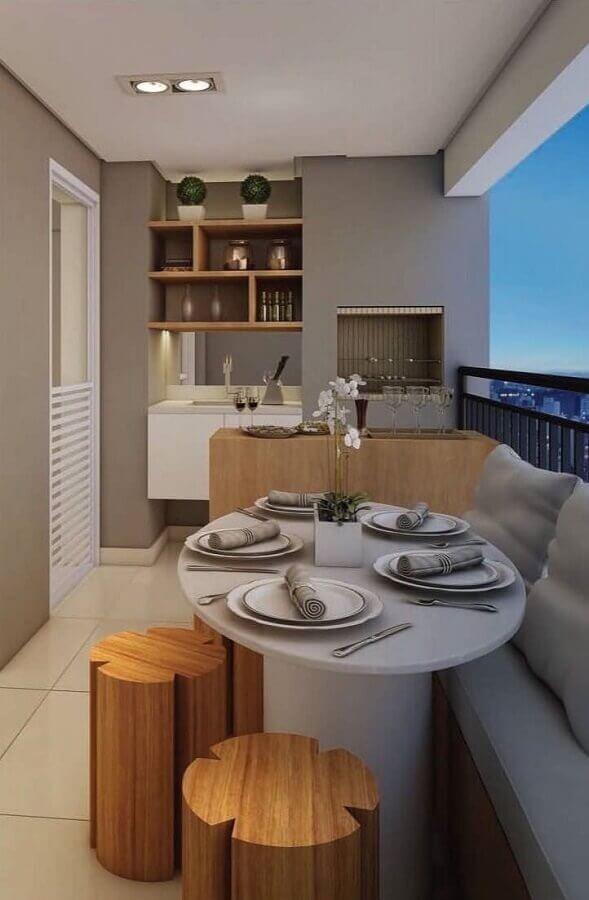 churrasqueira para varanda de apartamento pequeno decorado em tons de cinza com bancada e bancos de madeira Foto Pinterest