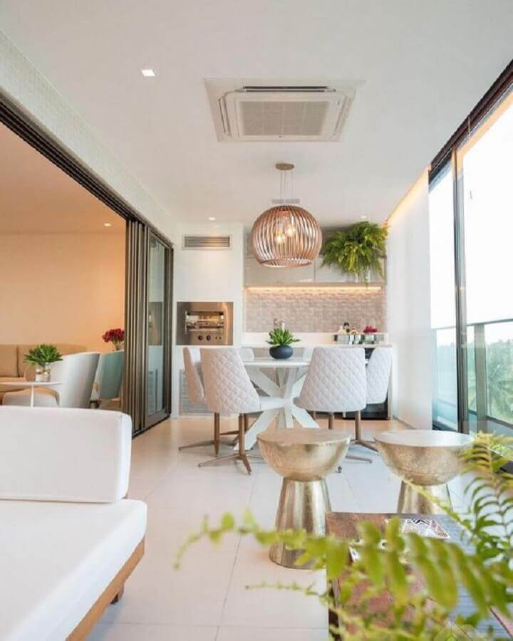 churrasqueira para varanda de apartamento sofisticada decorada em cores claras e neutras  Foto Dicas de Mulher