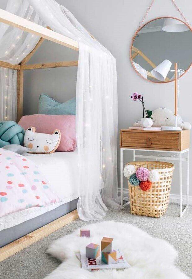 cinza claro para decoração de quarto para criança delicado com almofadas divertidas e cama casinha com dossel Foto Home Fashion Trend