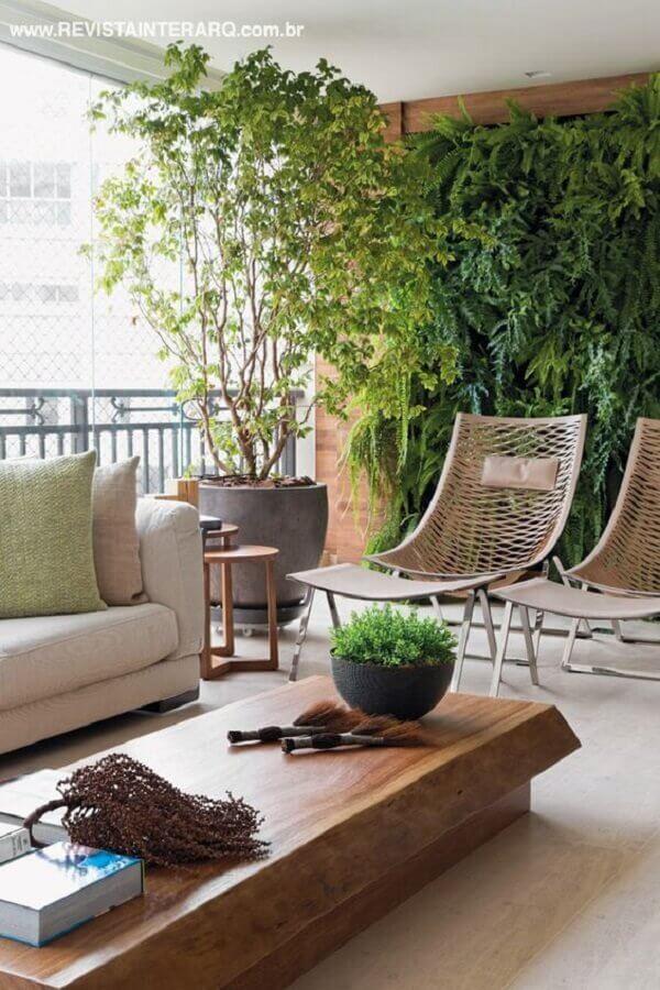 conjunto de poltronas para varanda de apartamento decorado com jardim vertical Foto Revista Interarq