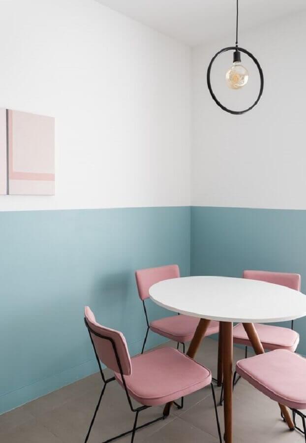 cor azul bebê para decoração de sala de jantar minimalista com cadeiras cor de rosa  Foto Life by Lufe