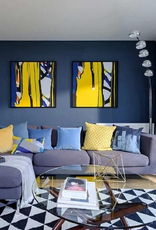 cor azul escuro para sala de estar decorada com tapete geométrico  Foto Pinterest