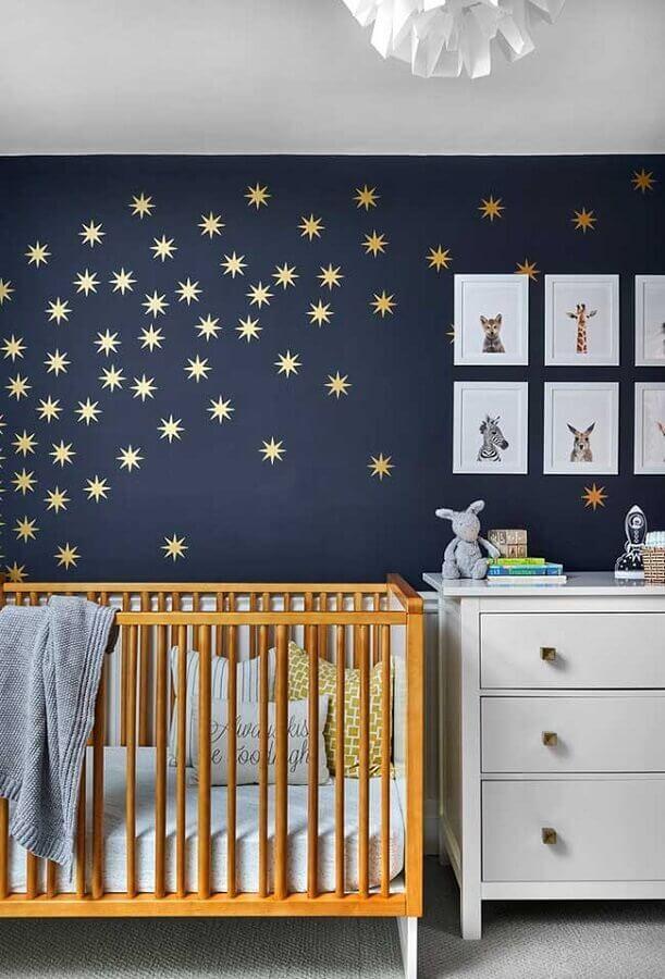 cor azul marinho para decoração de quarto de bebê com adesivos de estrelas douradas Foto Pinterest