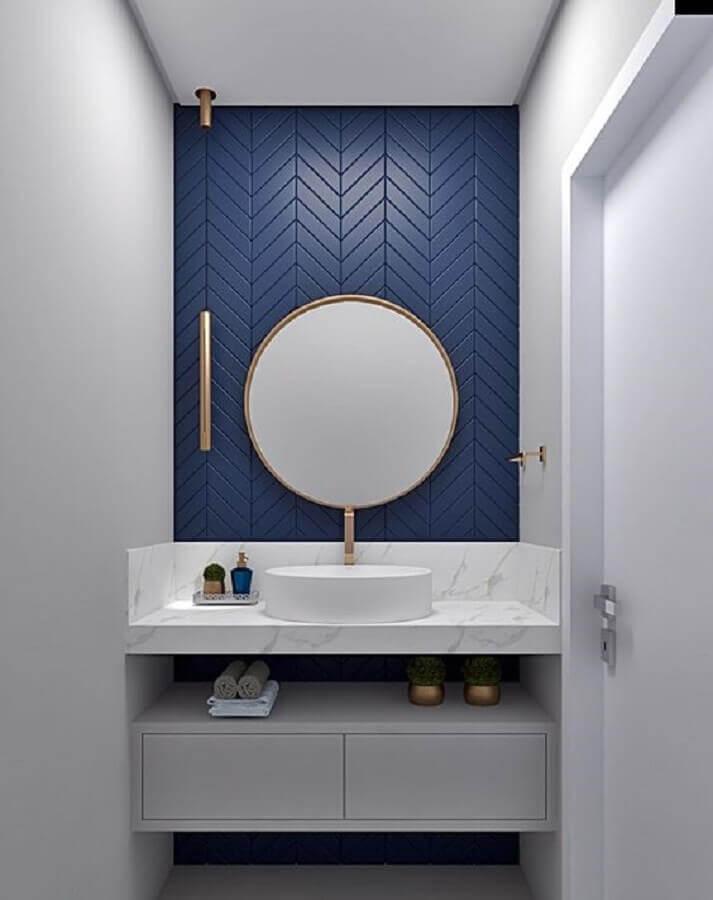 cor azul marinho para revestimento de banheiro branco pequeno Foto Pamela kessel Designer de Interiores