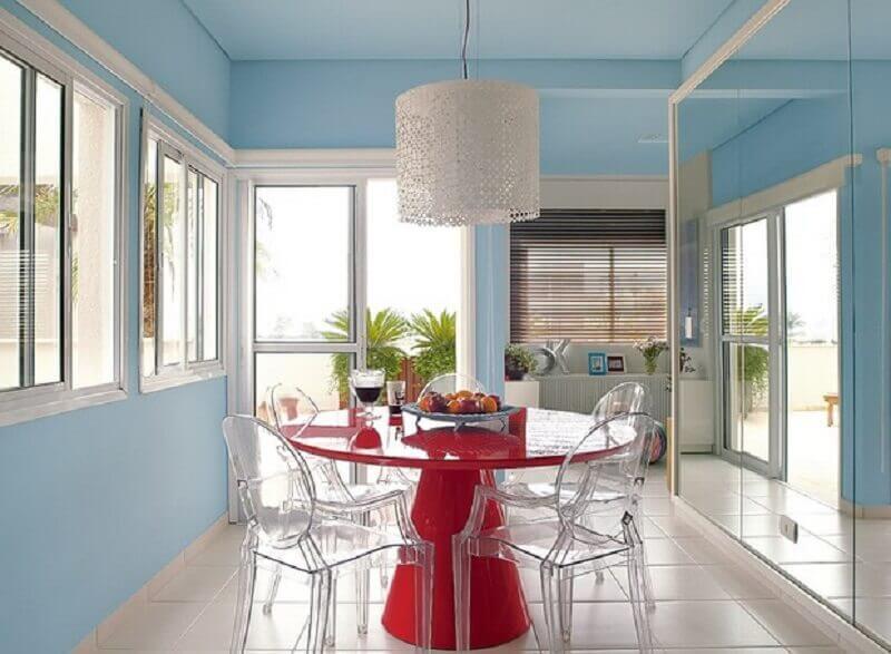 cor azul pastel para parede de sala de jantar com mesa vermelha redonda  Foto Pinterest