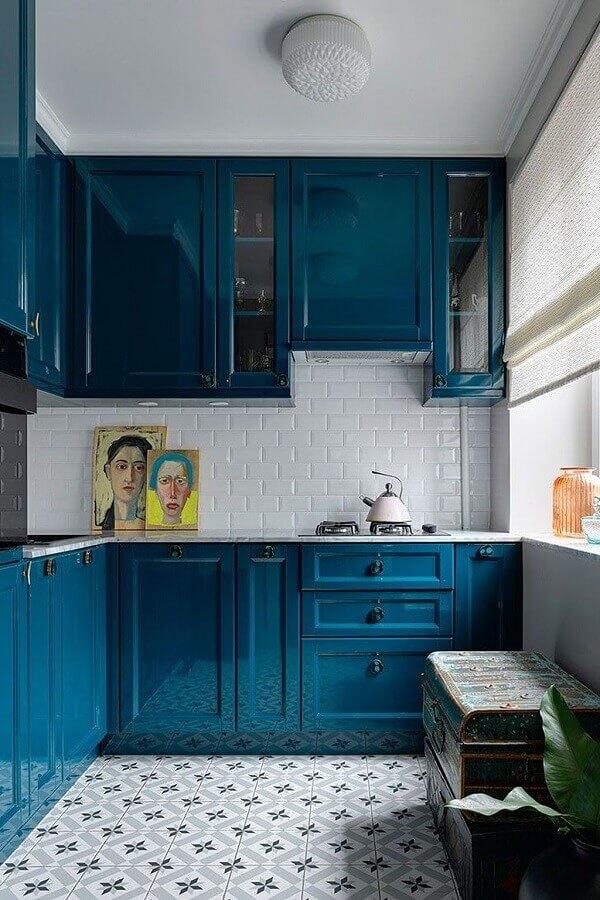 cor azul petróleo para decoração de cozinha planejada com armário clássico Foto PUFIK Interiors & Inspirations