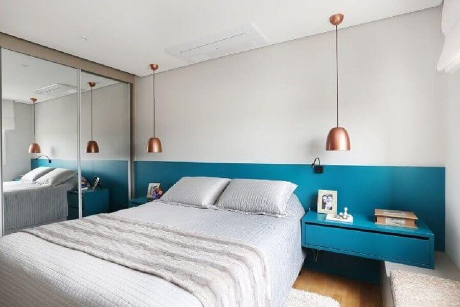 cor azul turquesa para decoração de quarto de casal branco com guarda roupa espelhado Foto Esther Zanquetta