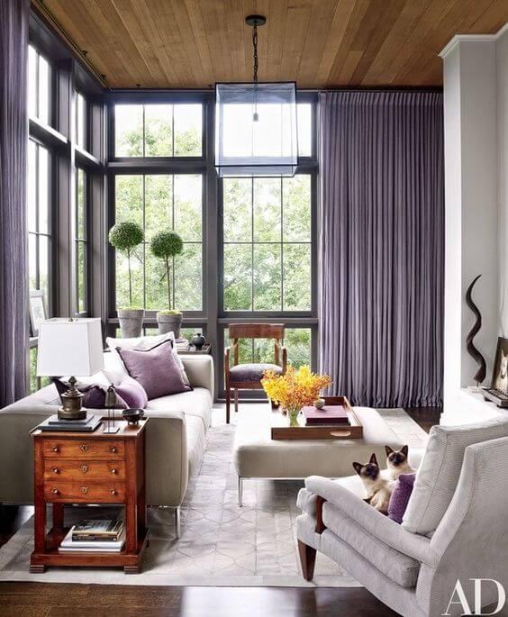 Sala com cortinas na cor lavanda