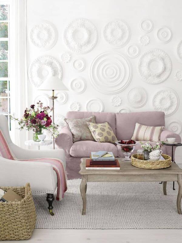 Cor lavanda na sala branca