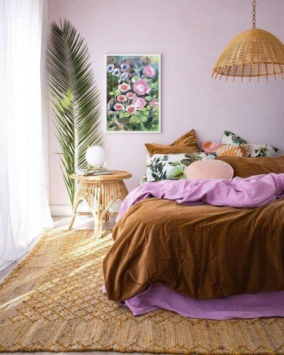 Decoração de quarto na cor lavanda e detalhes em mostarda