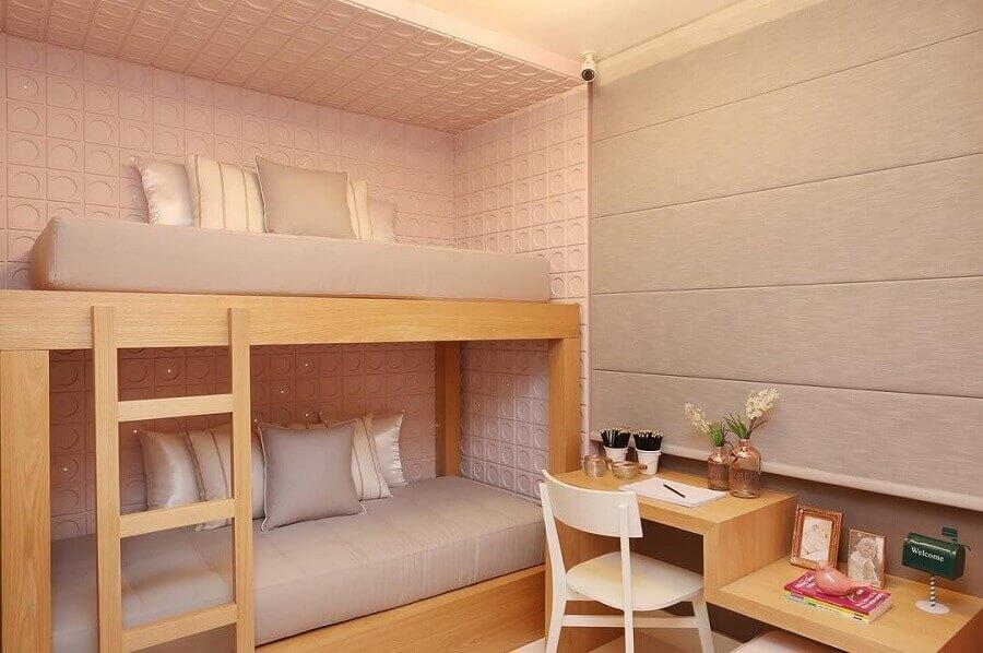 cor rosa claro para decoração de quarto de adolescente feminino com beliche de madeira  Foto Sesso & Dalanezi Arquitetura