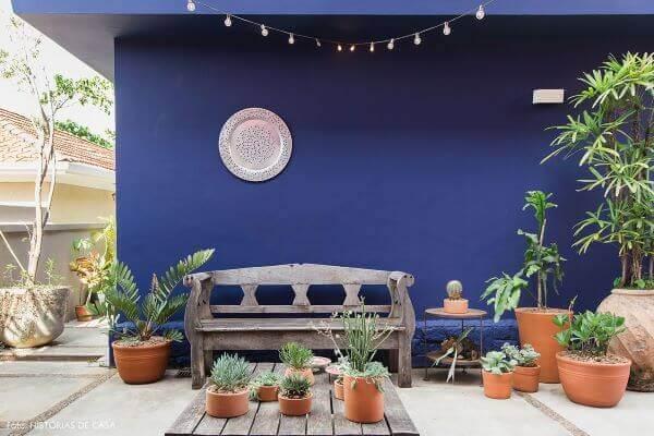 Parede azul marinho para jardim charmoso