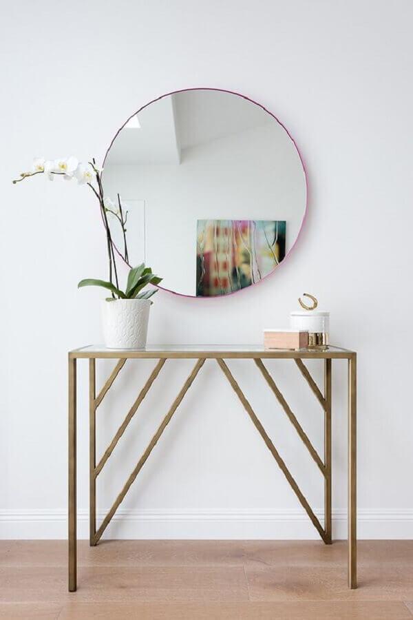 corredor decorado com aparador pequeno diferente e espelho redondo Foto My Domaine