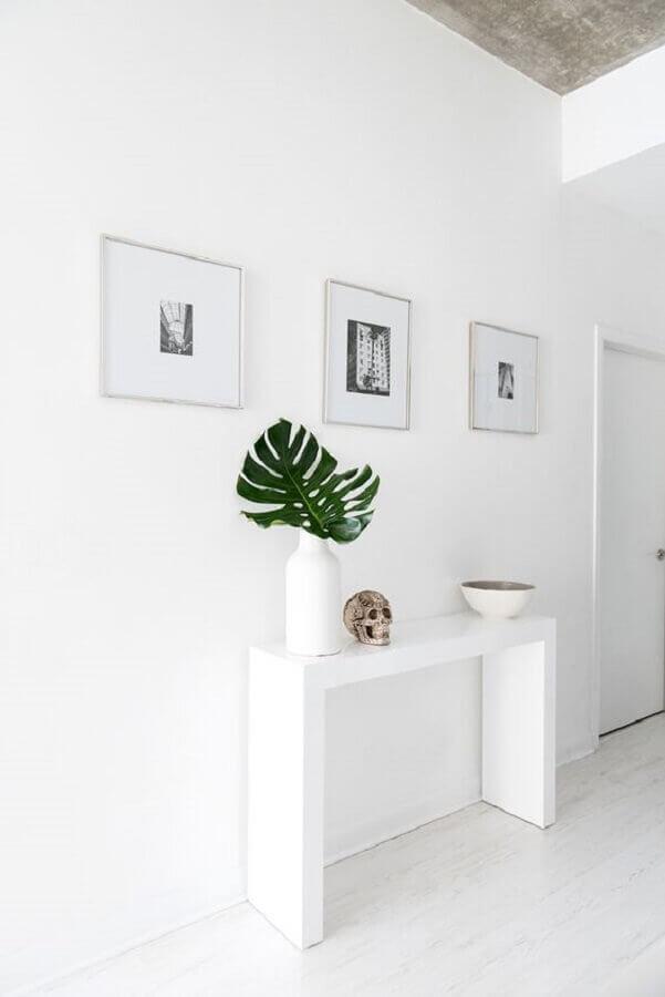 corredor minimalista decorado com aparador branco pequeno  Foto Not Your Standard