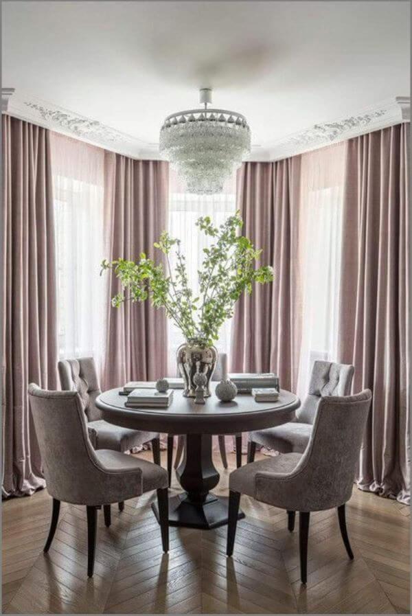 Sala de jantar com cortina lavanda