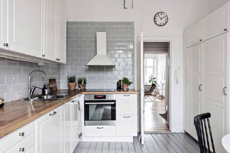 cozinha branca decorada com bancada de madeira e revestimento metro white cinza Foto Houzz