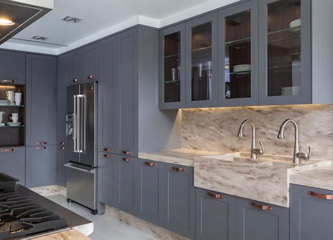 Cozinha azul com cuba esculpida de mármore