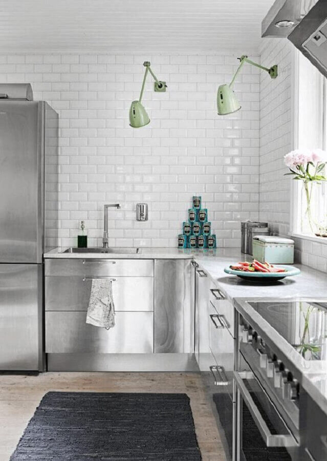 cozinha com metro white branco decorada com armários de inox Foto Pinterest
