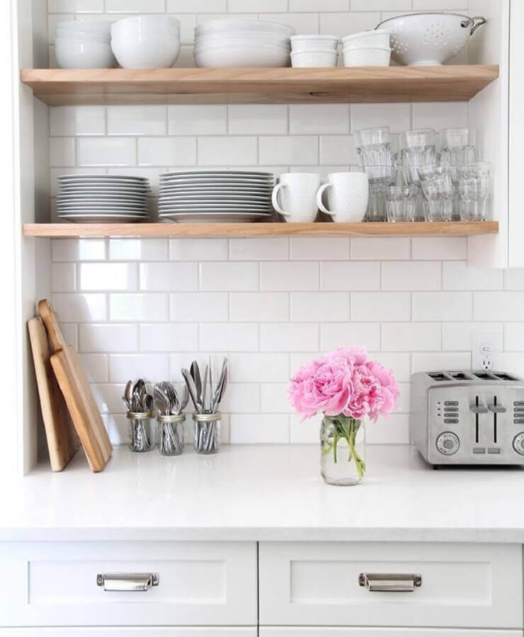 cozinha com metro white decorada com prateleiras de madeira Foto Architudo