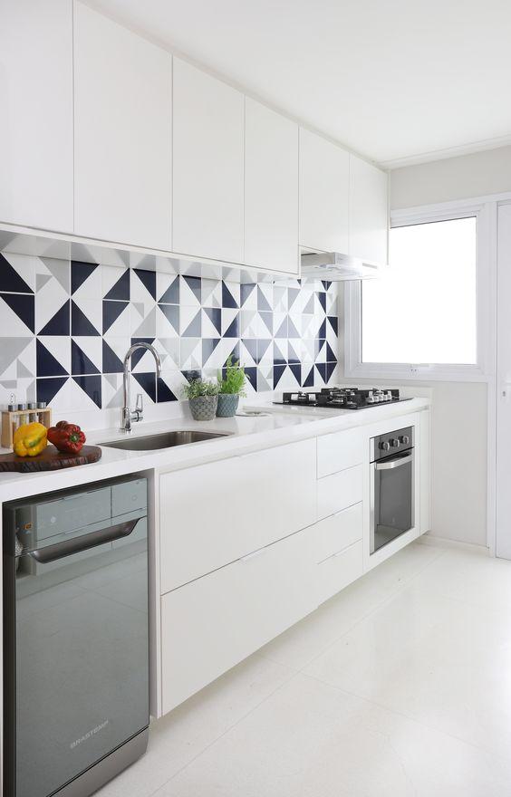Cozinha com piso branco e revestimento preto e branco