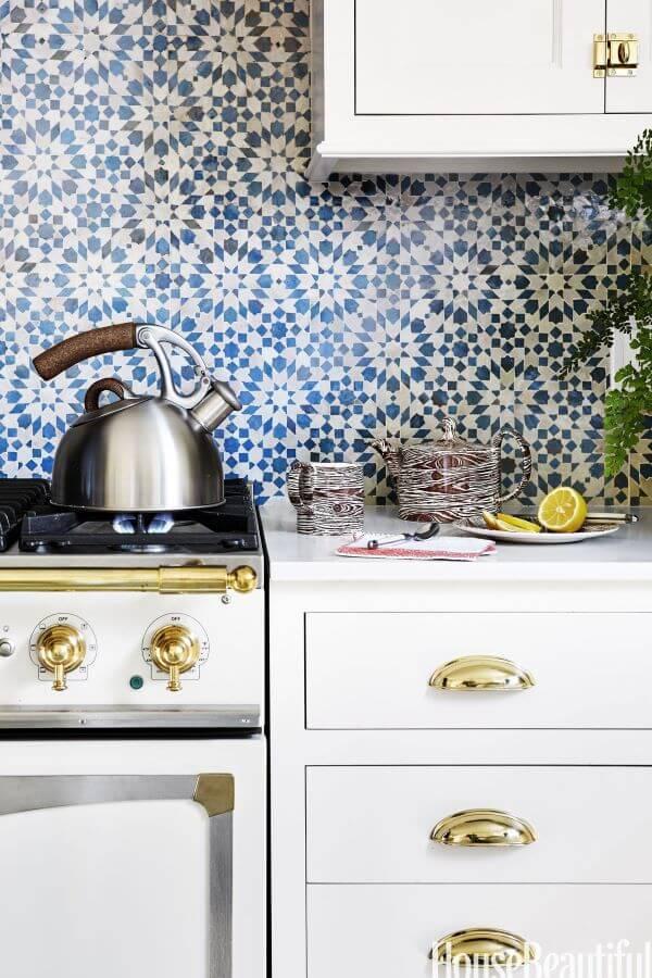 Cozinha com revestimento geométrico azul