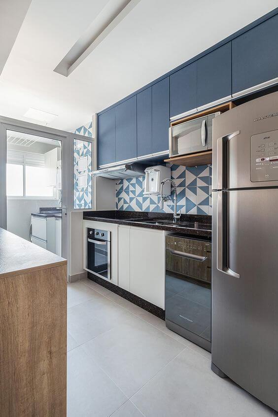 Cozinha com revestimento geométrico na mesma cor que os armários