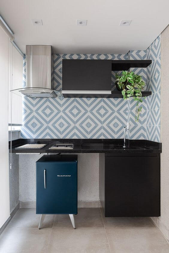 Cozinha pequena com revestimento geométrico