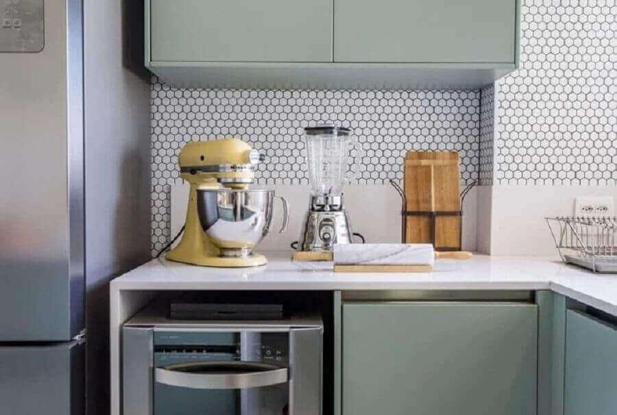 cozinha planejada decorada com revestimento hexagonal branco Foto Folio Arquitetura