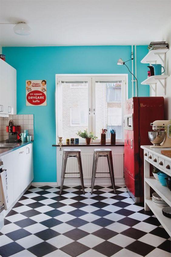 Cozinha retrô com piso preto e branco