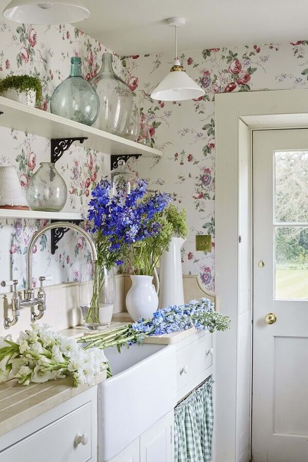 cozinha simples decorada com papel de parede floral romântico Foto Yandex
