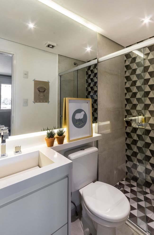 Cuba esculpida branca no banheiro pequeno