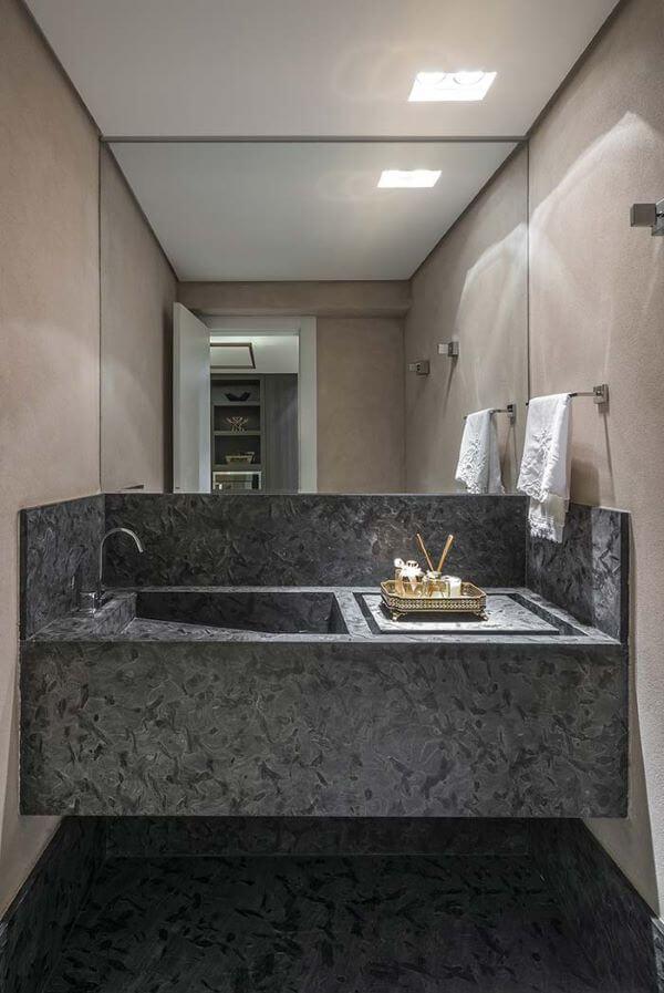 Cuba esculpida cinza no banheiro pequeno