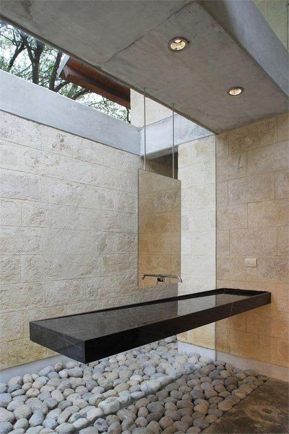 Banheiro moderno com cuba preta