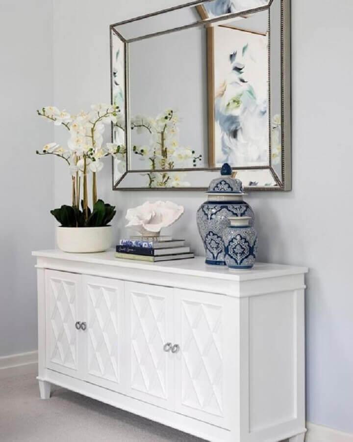 decoração clássica com buffet pequeno branco Foto TLC Interiors
