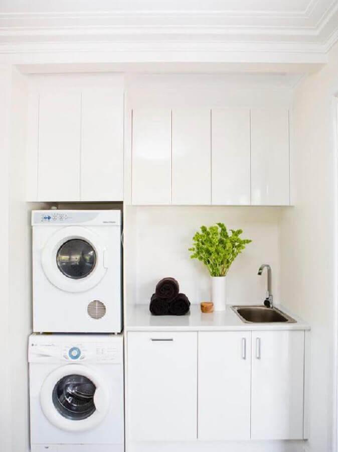 decoração clean com armário de parede para lavanderia pequena toda branca Foto Pinterest