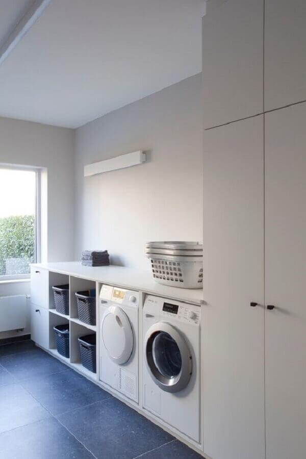 decoração clean com armário grande para lavanderia planejada toda branca  Foto Pinterest