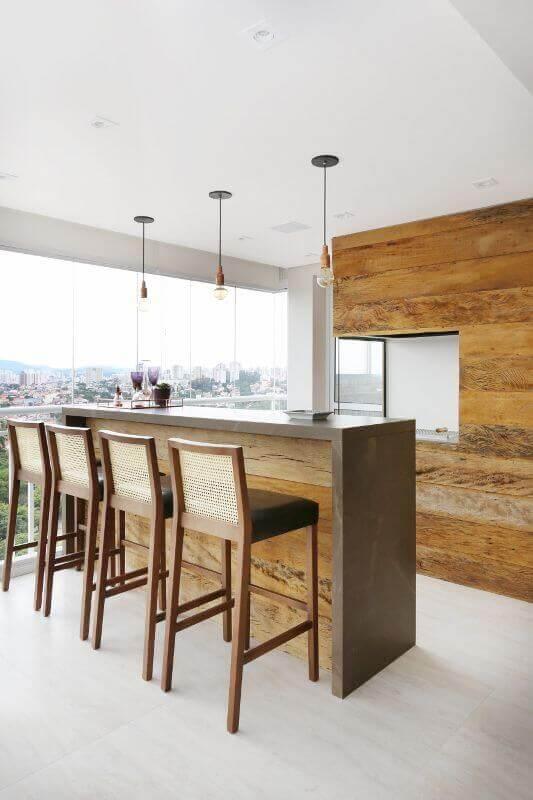 decoração clean com banquetas de madeira para área gourmet com churrasqueira de vidro Foto Bianchi Lima Arquitetura