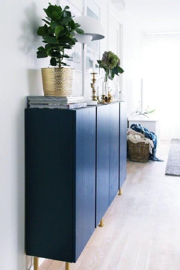 decoração clean com buffet pequeno e estreito azul marinho Foto Apartment Therapy
