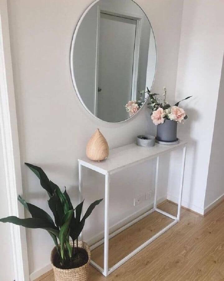 decoração clean com espelho redondo e aparador pequeno para corredor  Foto Arkpad