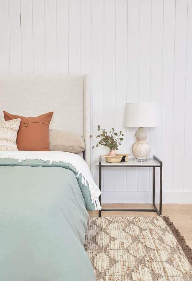 decoração clean com mesa de canto para quarto de casal Foto Lulu & Georgia