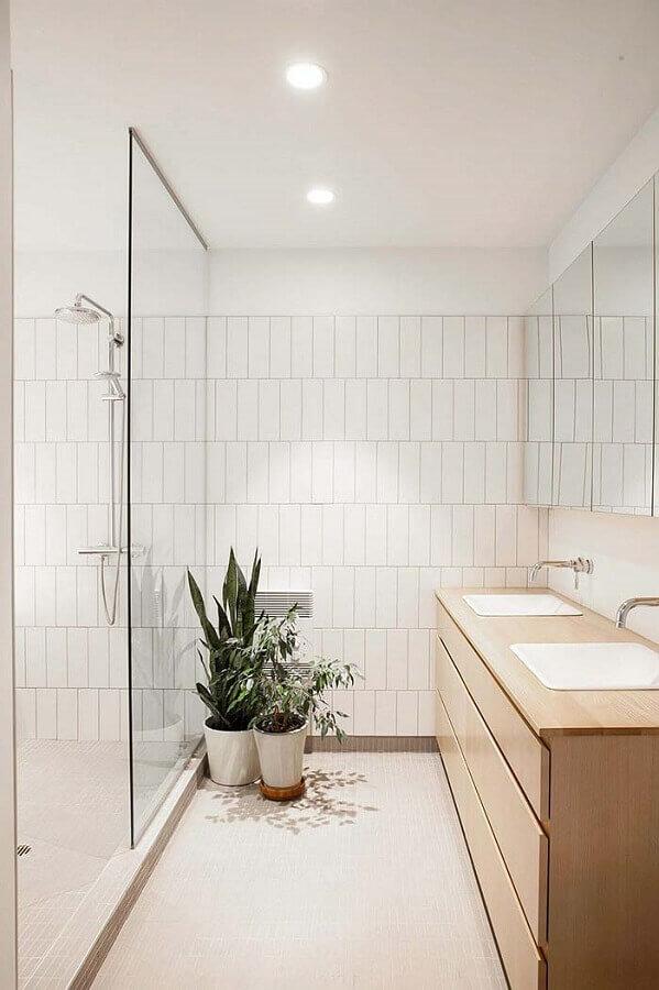 decoração clean com revestimento branco para banheiro com gabinete de madeira clara Foto HomeDeco