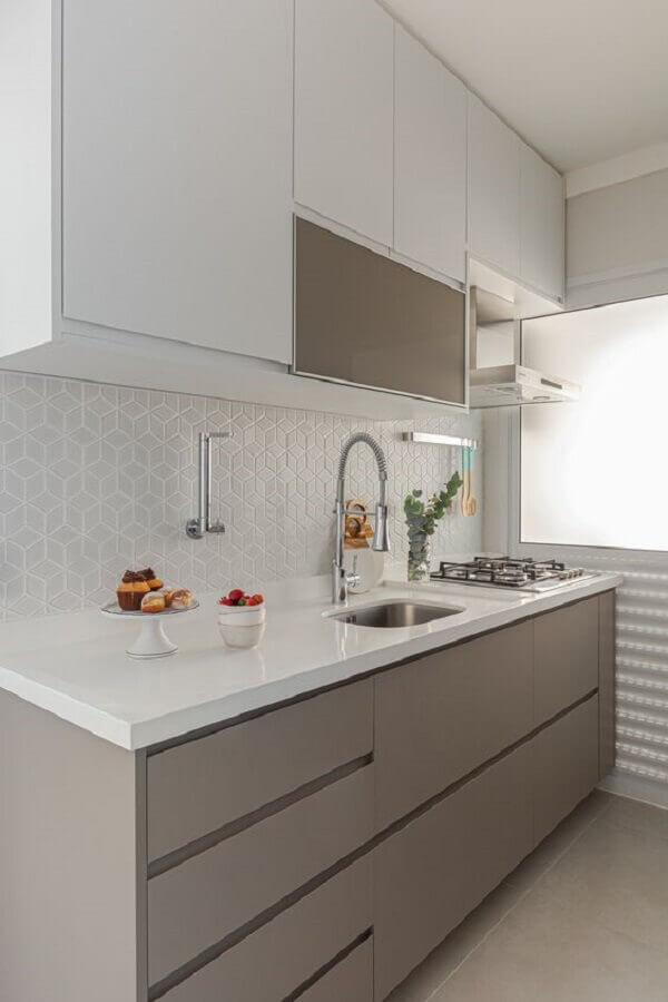 decoração clean para cozinha com revestimento branco e armário cinza planejado Foto Arquiteto em Casa
